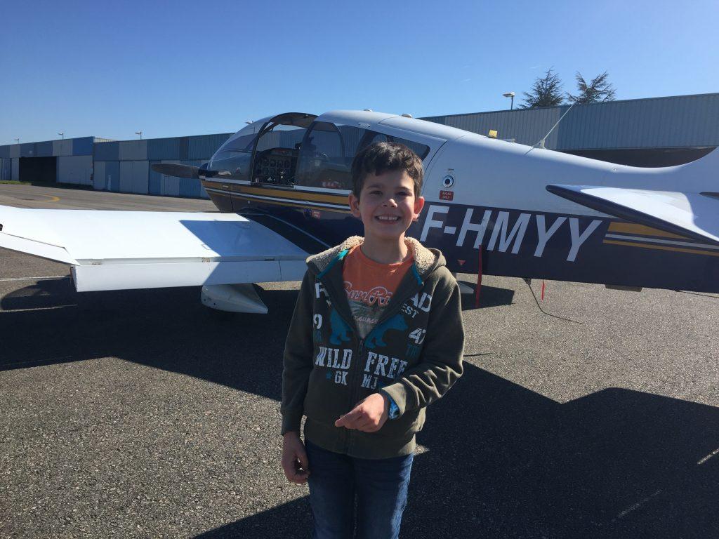 Aydan devant l'avion