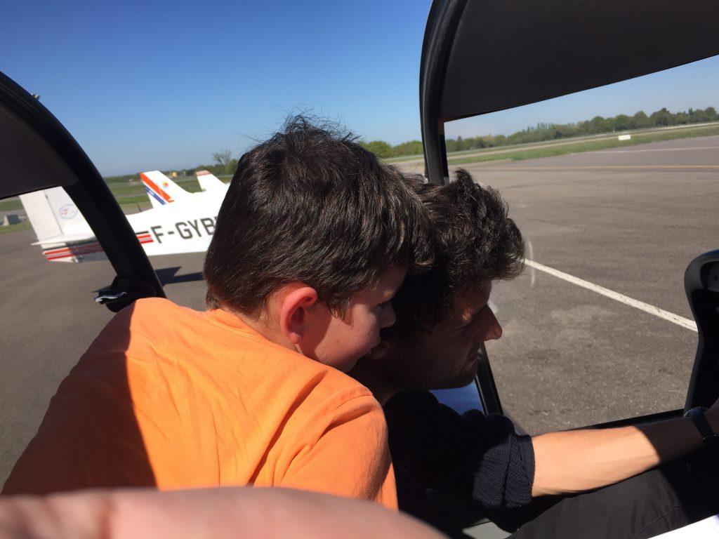 Aydan pose des questions au pilote de l'avion